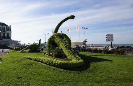 Fossiles de Villers sur Mer Afin de populariser ce patrimoine d'exception, un dinosaure de verdure géant a été installé au coeur de la ville dans les jardins face à l'Office de Tourisme.
