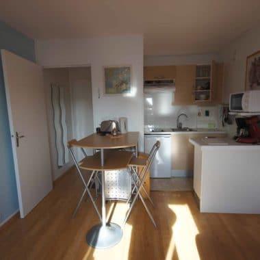 cuisine dans un appartement en location saisonniére proche des commerces et de la plage dans une résidence au calme